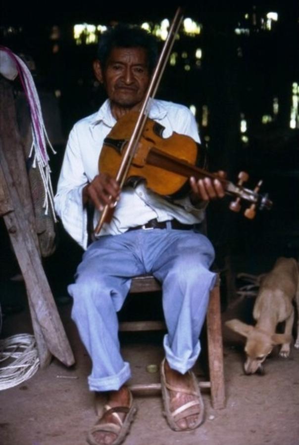 Toque de violín en el baile de Los Emplumados. El Salvador. Morazán. Cacaopera. Fotógrafo: Israel Girón Martínez. 1978